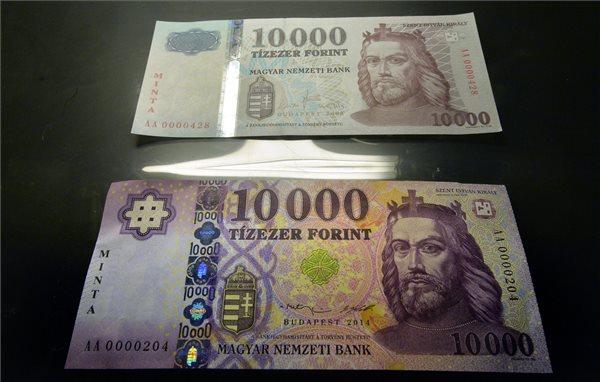 Az új tízezer forintos bankjegy mintája látható egy tárlóban a korábbi bankjegy előtt a Magyar Nemzeti Bank (MNB) Milyen lesz a magyar készpénz? című sajtótájékoztatóján az MNB budapesti székházában 2014. szeptember 1-jén. A jegybank megújítja a bankjegysorozatot; először a tízezer forintos bankjegyek változnak, ezek szeptember 2-től ugyan már hivatalos fizetőeszköznek számítanak, de a gyakorlatban decembertől jelennek meg a forgalomban. MTI Fotó: Máthé Zoltán