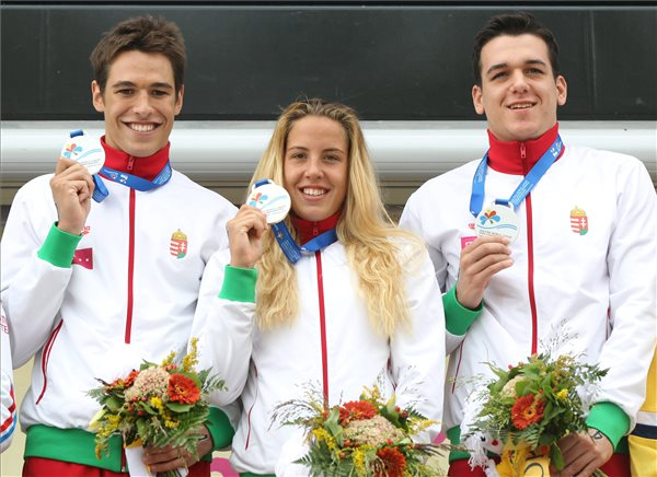 Orosz Ádám, Kiss Nikoletta és Kiss Attila (b-j), a balatonfüredi junior nyíltvízi úszó-világbajnokság junior csapatversenyének aranyérmesei a dobogón, az ünnepélyes eredményhirdetésen 2014. szeptember 7-én. MTI Fotó: Kovács Anikó