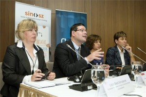Lidia Best Smolarek, a Hallássérültek Európai Szövetségének elnökhelyettese, Kósa Ádám, a Siketek és Nagyothallók Országos Szövetségének elnöke, Karas Monika, a Nemzeti Média- és Hírközlési Hatóság (NMHH) elnöke és Aranyosné Börcs Janka, az NMHH főigazgatója (b-j) az NMHH a televíziós műsorok akadálymentesítéséről rendezett nemzetközi konferenciáján Budapesten a Larus rendezvényközpontban 2014. szeptember 22-én. A konferencián elhangzott, hogy a hallássérülteknek is biztosítani kell a tévézés lehetőségét. Törvényi előírás a televíziók számára, hogy évről évre növeljék a felirattal vagy jelnyelvi tolmács segítségével a halláskárosultak számára is követhető műsorok időtartamát. MTI Fotó: Koszticsák Szilárd