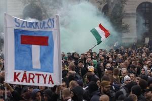 Résztvevők a szurkolói csoportok demonstrációján Budapesten, a Kossuth téren 2014. október 26-án. A tüntetők célja, hogy felhívják a figyelmet a Magyar Labdarúgó Szövetség, valamint a klubvezetők szerintük szurkolóellenes szemléletére és intézkedéseire. MTI Fotó: Szigetváry Zsolt