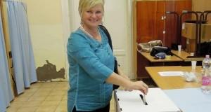 Korbély Csaba Ferencné,( PEST Abony 08) egyéni választókerületi jelölt szavaz, az  abonyi 015-ös számú szavazókörben az önkormányzati választáson 2014. október 12-én. Fotó: Korbély Dóra