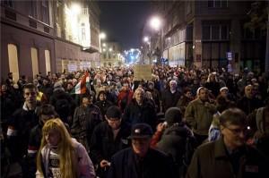 A magánnyugdíjpénztárak védelmében rendezett tüntetés résztvevői vonulnak Budapesten, a József Attila utcában 2014. november 25-én. MTI Fotó: Marjai János