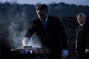 A Miniszterelnöki Sajtóiroda által közreadott képen a hivatalos dél-koreai látogatáson tartózkodó Orbán Viktor miniszterelnök (k) lerója kegyeletét a háborús hősök síremlékénél a szöuli nemzeti temetőben 2014. november 27-én. MTI Fotó: Miniszterelnöki Sajtóiroda/Burger Barna