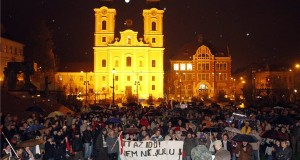 A közfelháborodás napja címmel meghirdetett tüntetés résztvevői Miskolcon, a Hősök téren 2014. november 17-én. MTI Fotó: Vajda János