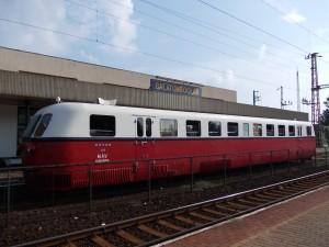A legendás Árpád sínautóbusz parallel halad  a Bécsbe tartó Advent Expressz Élményvonattal