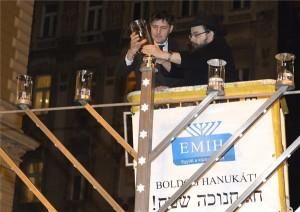 Szentgyörgyvölgyi Péter, az V. kerület polgármestere (b) és Oberlander Báruch ortodox haszid zsidó vallási vezető, a Chabad-Lubavics irányzat magyarországi megteremtője és legfőbb vezetője (j) meggyújtja az első gyertyát a nyolcnapos zsidó vallási ünnep, a hanuka első estéjén a Nyugati téren 2014. december 16-án. MTI Fotó: Soós Lajos