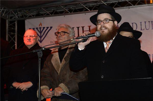 Köves Slomó, az Egységes Magyarországi Izraelita Hitközség (EMIH) vezető rabbija beszél a nyolcnapos zsidó vallási ünnep, a hanuka első estéjén, a Nyugati téren 2014. december 16-án. MTI Fotó: Soós Lajos