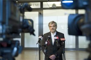 Gyál polgármestere, a Fővárosi Agglomeráció Önkormányzati Társulás (FAÖT) elnöke sajtótájékoztatót tart a társulás kibővített ülése után a gyáli polgármesteri hivatalban 2014. december 18-án. Előzetes hatástanulmány, valamint szakmai és társadalmi egyeztetés hiányában a fővárosi agglomerációs települések és Budapest érintett kerületeinek képviselői elutasítják a kormány azon tervét, hogy a Budapestre befutó autópályák körgyűrűn belüli részei, valamint az M0 egyes szakasz fizetőssé váljanak. MTI Fotó: Koszticsák Szilárd