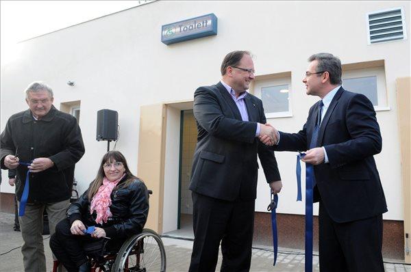 Wintermantel Zsolt, a IV. kerület Fidesz-KDNP-s polgármestere (j2) és Palkó György, a Fővárosi Csatornázási Művek (FCSM) vezérigazgatója (j) megnyitja az FCSM második legnagyobb nyilvános illemhelye az Újpest-Városkapu metrómegállónál 2014. december 15-én. Balra Helembai Mihály, a XIII. Kerületi Közszolgáltató Zrt. közterületi divíziójának vezetője és Tábiné Hidvégi Csilla, a Mozgássérült Emberek Önálló Élet Egyesületének elnökségi tagja. MTI Fotó: Honéczy Barnabás
