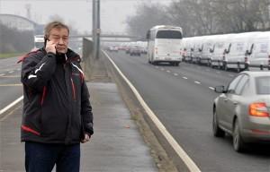 Gaskó István, a Liga Szakszervezetek elnöke a szakszervezetek forgalomlassító demonstrációján az M3-as autópálya fővárosi bevezető szakaszán, a Szerencs utcánál 2014. december 15-én. A Liga demonstrációin a tervek szerint az ország 62 pontján legalább 1600 gépkocsi lassítja a közúti forgalmat reggel 7 és délután 4 óra között. A tiltakozók álláspontja szerint a kormány intézkedései hátrányosan érintik a munkavállalókat. MTI Fotó: Máthé Zoltán