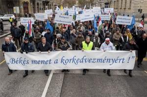 Résztvevők a Békés menet a korkedvezményért! címmel tartott szakszervezeti demonstráción Budapesten, az V. kerületi Alkotmány utcában 2014. december 3-án. MTI Fotó: Marjai János