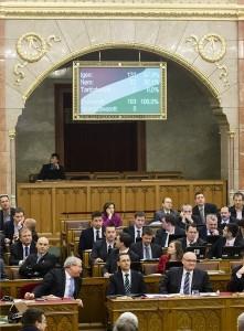 A szavazás eredménye egy kijelzőn az Országgyűlés plenáris ülésén 2014. december 15-én, miután a parlament 131 igen szavazattal, 62 nem ellenében elfogadta a 2015-ös költségvetést. Középen Varga Mihály nemzetgazdasági miniszter. MTI Fotó: Mohai Balázs