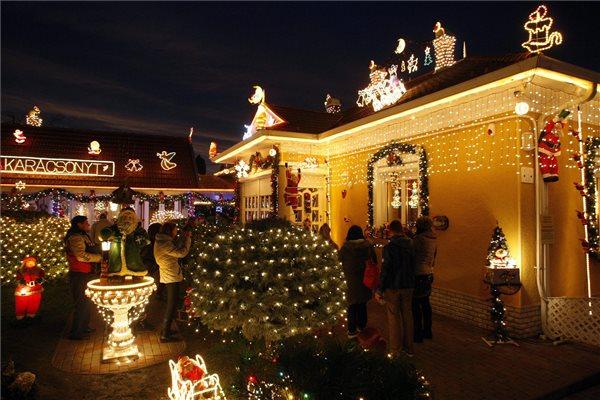 Sas Dezső háza és udvara karácsonyi díszkivilágításban Jászalsószentgyörgyön 2014. december 23-án. MTI Fotó: Bugány János