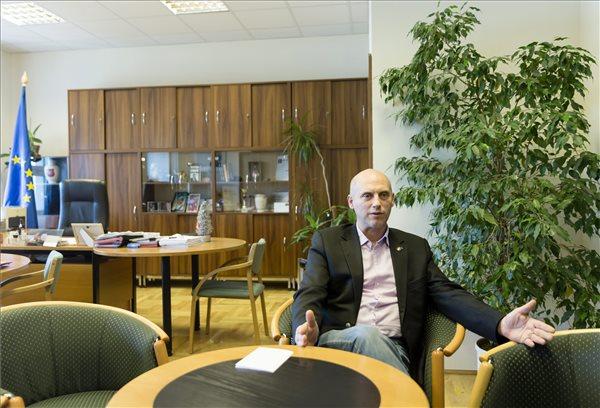 Tóbiás József, az MSZP elnöke interjút ad a Magyar Távirati Iroda (MTI) újságírójának Budapesten, a Képviselői Irodaházban 2014. december 17-én. MTI Fotó: Mohai Balázs