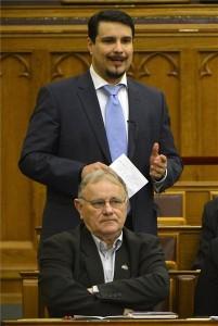 Mesterházy Attila, az MSZP parlamenti képviselője reagál Szijjártó Péter külgazdasági és külügyminiszter napirend előtt felszólalására az Országgyűlés plenáris ülésén 2015. február 23-án. A külgazdasági és külügyminiszter az Iszlám Állam (IÁ) nevű terrorszervezet és a terrorizmus elleni nemzetközi koalíciós erőfeszítések sikeréhez való magyar hozzájárulás növelését szorgalmazta. Elöl Horváth Imre szocialista képviselő. MTI Fotó: Illyés Tibor