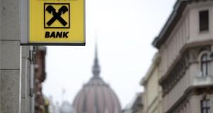 A Raiffeisen Bank emblémája Budapesten, a pénzintézet Akadémia utcában fiókjánál 2015. február 9-én. Háttérben az Országház épülete. MTI Fotó: Kovács Tamás