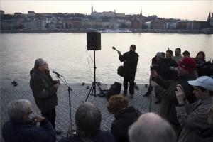 """Mécs Imre volt országgyűlési képviselő beszél a civilek tiltakozó megemlékezésén a budapesti """"Cipők a Duna-parton"""" emlékműnél 2015. március 20-án. A mintegy száztagú csoport azért gyűlt össze a Parlament közelében lévő rakpartszakaszon lévő emlékműnél, hogy tiltakozzon Kulcsár Gergely korábbi emlékműgyalázó cselekedete miatt. A jobbikos országgyűlési képviselő beleköpött az egyik vascipőbe. MTI Fotó: Koszticsák Szilárd"""