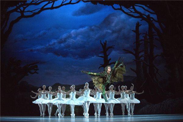 Jevgenyij Lagunov (k) Alexander szerepében Rudi van Dantzig - Toer van Schayk - P. I. Csajkovszkij A hattyúk tava című klasszikus balettjének próbáján Budapesten, a Magyar Állami Operaházban 2015. április 21-én. A holland Rudi van Dantzig táncos és koreográfus elképzelése alapján színpadra állított darabot április 25-én mutatják be. MTI Fotó: Kallos Bea