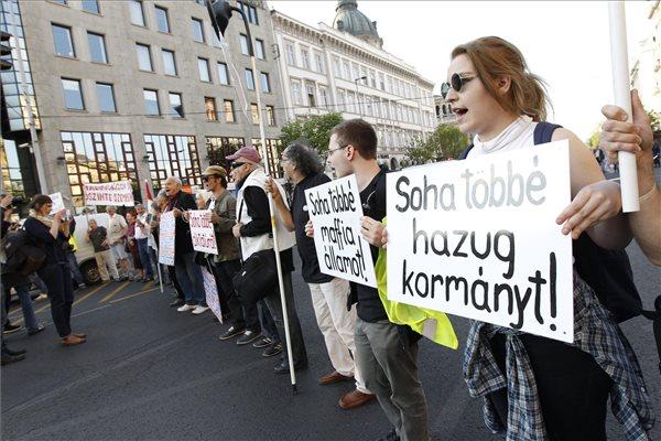 A Szabad Oktatást elnevezésű Facebook-csoport szervezésében Nem tűrhetünk tovább! címmel megrendezett tüntetés résztvevői a Bajcsy-Zsilinszky út és az Andrássy út kereszteződésében 2015. április 26-án. A demonstráció szervezői és résztvevői a közelmúltban bejelentett iskolabezárások és szakmegszüntetések ellen tiltakoztak. MTI Fotó: Szigetváry Zsolt