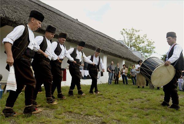 Macedón táncosok a Pünkösdi Örökség Fesztiválon a szentendrei Szabadtéri Néprajzi Múzeumban 2015. május 24-én. MTI Fotó: Bruzák Noémi