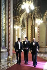 Szijjártó Péter külgazdasági és külügyminiszter (k), valamint Gíró-Szász András (b) és Kovács Zoltán, kormányszóvivők érkeznek a Parlament folyosóján az illegális bevándorlást érintő kormánydöntésekről tartandó sajtótájékoztatóra 2015. június 24-én. A magyar-szerb határszakaszon létesítendő ideiglenes biztonsági határzár megépítéséhez, az anyagbeszerzéshez 6,5 milliárd forint elkülönítéséről döntött a kormány - közölte Szijjártó Péter. MTI Fotó: Máthé Zoltán