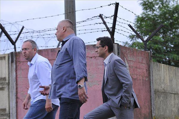 ácz Róbert, Hajdú-Bihar megyei kormánymegbízott, Lingvay Csaba alezredes, megyei főkapitány-helyettes és Papp László (Fidesz-KDNP) polgármester (b-j) érkezik a debreceni migrációs tábor bejáratához 2015. június 29-én. A környékbeliek elmondása szerint a tábor mintegy száz lakója autókat rongált meg és kukákat gyújtott fel. A táborlakók kiabáltak a kiérkező rendőrök felé. A Hajdú-Bihar Megyei Rendőr-főkapitányság közlése két menedékkérő között vallási indíttatású nézeteltérés alakult ki a Bevándorlási és Állampolgársági Hivatal debreceni befogadóállomásán. A konfliktus elmérgesedett, abba az állomáson tartózkodó menedékkérelmet benyújtók közül több százan kapcsolódtak be. MTI Fotó: Czeglédi Zsolt