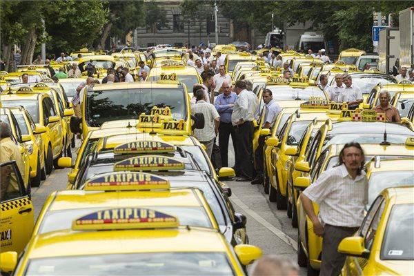 Taxisok álló demonstrációja a Fuvarozó Vállalkozók Országos Szövetsége (FUVOSZ) és az Országos Taxis Szövetség (OTSZ) szervezésében Budapesten, az V. kerületi Alkotmány utcában 2015. június 16-án. A taxisok azért demonstráltak, mert a törvényhozás nem fogadta el a taxis rendeletet. MTI Fotó: Szigetváry Zsolt