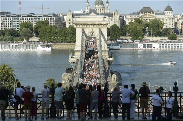 A 20. jubileumi Budapest Pride felvonulás résztvevői vonulnak a Lánchídon a Várkert Bazárhoz 2015. július 11-én. MTI Fotó: Bruzák Noémi