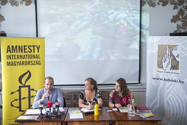Gárdos Tódor, az Amnesty International Magyarország (AI) balkáni régióval foglalkozó kampányfelelőse, Jeney Orsolya, az AI igazgatója és Pardavi Márta, a Magyar Helsinki Bizottság társelnöke (b-j) sajtótájékoztatót tart az AI által készített, a balkáni migrációs helyzetet ismertető jelentésről a budapesti Kőleves Vendéglőben 2015. július 7-én. MTI Fotó: Marjai János