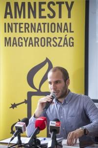 Gárdos Tódor, az Amnesty International Magyarország (AI) balkáni régióval foglalkozó kampányfelelőse sajtótájékoztatót tart az emberi jogi szervezet által készített, a balkáni migrációs helyzetet ismertető jelentésről a budapesti Kőleves Vendéglőben 2015. július 7-én. MTI Fotó: Marjai János