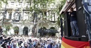 Fischer Iván Kossuth-díjas karmester beszél a 20. jubileumi Budapest Pride felvonulás megnyitóján Andrássy úton, az Operánál 2015. július 11-én. MTI Fotó: Szigetváry Zsolt