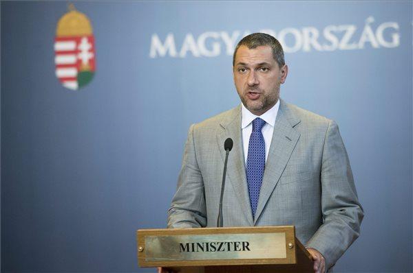 Lázár János, a Miniszterelnökséget vezető miniszter a szokásos heti sajtótájékoztatót tartja az Országházban 2015. július 16-án. A kormány áll az élelmiszerláncok által fizetendő felügyeleti díj és a dohánytermékek kereskedelmét terhelő egészségügyi hozzájárulás ügyében indított európai bizottsági vizsgálat elé - mondta a miniszter. Az egyik esetben a Spar, a másikban a Philip Morris jelentette fel Magyarországot Brüsszelben. MTI Fotó: Koszticsák Szilárd