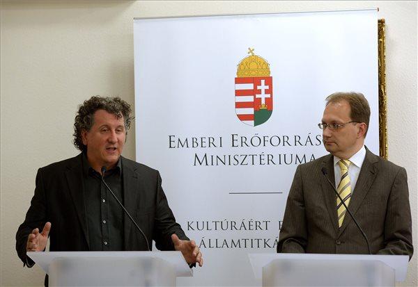 Ókovács Szilveszter, a Magyar Állami Operaház főigazgatója (b) beszél, mellette Hoppál Péter, az Emberi Erőforrások Minisztériumának kultúráért felelős államtitkára az Operaházat érintő kormánydöntésről tartott sajtótájékoztatón Budapesten, az Emmi Kultúráért Felelős Államtitkárságán 2015. július 27-én. A tájékoztatón elmondták, hogy  mintegy 14,5 milliárd forint állami támogatásból újulhat meg az Eiffel-csarnok, amely a Magyar Állami Operaház műhely- és raktárháza lesz. MTI Fotó: Bruzák Noémi