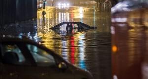 Vízzel elöntött autó Budapesten, a VI. kerületi Dózsa György út - Podmaniczky utca kereszteződésében a vasúti felüljáró alatt 2015. augusztus 17-én. Egy óra alatt több eső esett a főváros belső részén, mint az augusztusi havi átlag. MTI Fotó: Szigetváry Zsolt
