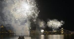Ünnepi tűzijáték a Duna felett Budapesten 2015. augusztus 20-án. MTI Fotó: Máthé Zoltán