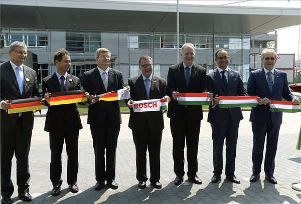 Balról jobbra: Kovács Róbert (Fidesz-KDNP), Kőbánya polgármestere, Glattfelder Béla, a Nemzetgazdasági Minisztérium gazdaságszabályozásért felelős államtitkára, Oliver Schatz, a Robert Bosch Kft. műszaki területekért felelős elnöke, a Budapesti Fejlesztési Központ vezetője, Dirk Hoheisel, a Robert Bosch GmbH igazgatótanácsának tagja, Szabó László, a Külgazdasági és Külügyminisztérium parlamenti államtitkára, Javier González Pareja, a magyarországi Bosch-csoport vezetője, a Robert Bosch Kft. ügyvezető igazgatója és Klaus Peter Fouquet, a Robert Bosch AG elnöke, a Bosch-csoport ausztriai, valamint közép- és kelet-európai régiójának vezetője a Bosch második legnagyobb európai autóipari fejlesztési központja, a Budapesti Fejlesztési Központ új épületének ünnepélyes átadásán Budapesten, a X. kerületi Gyömrői úton 2015. augusztus 7-én. MTI Fotó: Bruzák Noémi