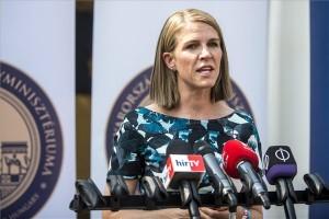 Colleen Bell amerikai nagykövet az emberkereskedelem elleni küzdelemről tartott sajtótájékoztatn a Sziget Fesztivál második napján, 2015. augusztus 13-án. MTI Fotó: Marjai János