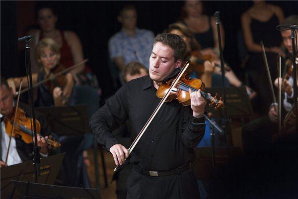 Baráti Kristóf hegedűművész, a Kaposvári Nemzetközi Kamarazenei Fesztivál (Kaposfest) egyik művészeti vezetője és az Erkel Ferenc Kamarazenekar a rendezvénysorozat nyitókoncertjén a Szivárvány Kultúrpalotában 2015. augusztus 13-án. MTI Fotó: Varga György