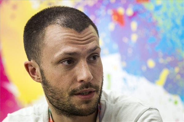 Orlando Weeks, a Maccabees együttes énekese interjút ad a Magyar Távirati iroda újságírójának a Sziget fesztivál második napján, 2015. augusztus 13-án. MTI Fotó: Szigetváry Zsolt