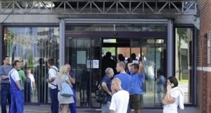 Emberek állnak a Richter Gedeon Gyógyszergyár budapesti X. kerületi Gyömrői úti üzeme előtt 2015. augusztus 27-én. A gyár területén robbanás történt, miután a munkások egy kisebb méretű tartályt bontottak, amelyben korábban metanolt tároltak. A tartály berobbant, egy ember megsebesült. A tűzoltók százméteres sugarú körben lezárták az érintett területet. MTI Fotó: Mihádák Zoltán
