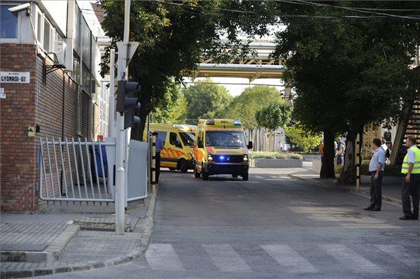 Mentőautók a Richter Gedeon Gyógyszergyár budapesti X. kerületi Gyömrői úti üzemének bejáratánál 2015. augusztus 27-én. A gyár területén robbanás történt, miután a munkások egy kisebb méretű tartályt bontottak, amelyben korábban metanolt tároltak. A tartály berobbant, egy ember megsebesült. A tűzoltók százméteres sugarú körben lezárták az érintett területet. MTI Fotó: Mihádák Zoltán