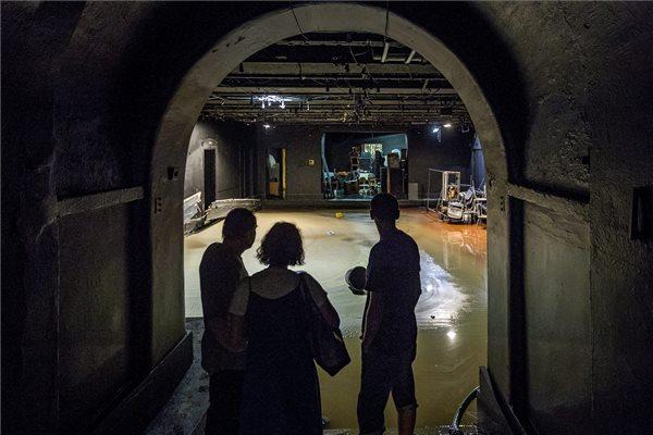 Dolgozók nézik a Katona József Színház vízzel elárasztott Kamra stúdióját 2015. augusztus 18-án. Az előző este lecsapó viharban feltehetően eltört a színház alatt húzódó csatorna gyűjtővezetéke, ennek következtében az összes helységet elárasztotta a szennyvíz, a színpad és az összes kellék tönkrement. A vihar során egy óra alatt több eső esett a főváros belső részén, mint az augusztusi havi átlag. MTI Fotó: Szigetváry Zsolt