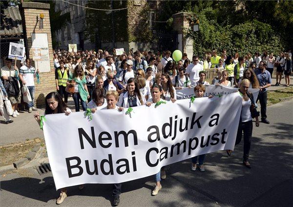 Diákok vonulnak a Budapesti Corvinus Egyetem tanévnyitó ünnepségére, miközben a felsőoktatási intézmény három budai karának a Szent István Egyetemhez való csatolása ellen tiltakoznak Budapesten, a Villányi úton 2015. szeptember 7-én. MTI Fotó: Kovács Tamás