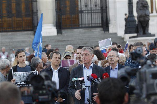 Gyurcsány Ferenc, a Demokratikus Koalíció (DK) elnöke (k) nyilatkozik a sajtónak 2015. szeptember 21-én az Országház előtt, ahol párt szimpatizánsai élőlánccal tiltakoztak a tömeges bevándorlás kezelését célzó, többek között a honvédség határ menti bevethetőségéről szóló kormánypárti törvényjavaslat ellen. Mögötte Oláh Lajos, a DK független országgyűlési képviselője, Molnár Csaba, a párt ügyvezető alelnöke és Niedermüller Péter alelnök, a párt EP-képviselője (b-j). MTI Fotó: Szigetváry Zsolt