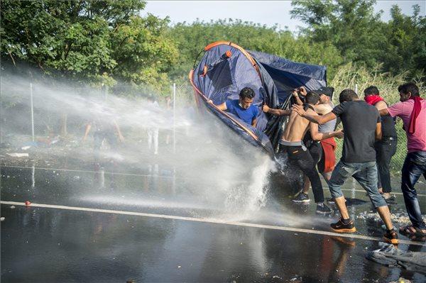 Könnygázt és vízágyút is bevetettek a rendőrök a magyar-szerb határnál Szöveg: Horgos, 2015. szeptember 16. Rendőrök vízágyút vetnek be az őket a határ szerb oldaláról dobáló illegális bevándorlókkal szemben Horgos-Röszke határátkelőhelynél 2015. szeptember 16-án. MTI Fotó: Sóki Tamás