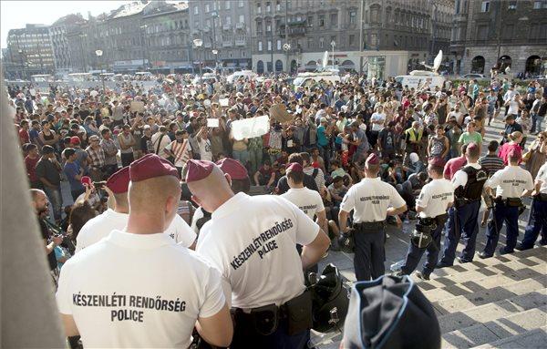 Illegális bevándorlók a budapesti Keleti pályaudvar előtt 2015. szeptember 1-jén, miután a rendőrség nem engedte felszállni őket a Németországba induló vonatra. MTI Fotó: Koszticsák Szilárd