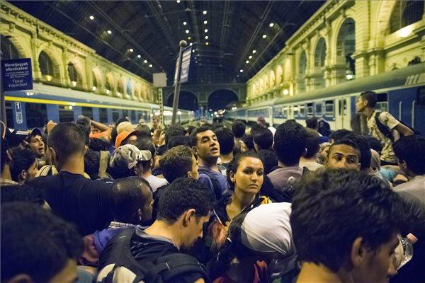 Illegális bevándorlók várakoznak Budapesten, a Keleti pályaudvaron 2015. szeptember 1-jén, hogy feljussanak a Németországba induló vonatra. MTI Fotó: Balogh Zoltán