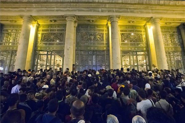 Illegális bevándorlók várakoznak Budapesten, a Keleti pályaudvar előtt 2015. szeptember 1-jén, hogy feljussanak a Németországba induló vonatra. MTI Fotó: Balogh Zoltán