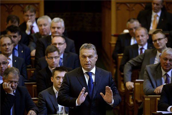 Orbán Viktor miniszterelnök (k) az illegális bevándorlással összefüggésben elhangzott napirend előtti felszólalása utáni frakcióálláspontokra reagál az Országgyűlés plenáris ülésén 2015. szeptember 21-én. MTI Fotó: Bruzák Noémi