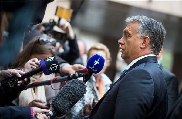 A Miniszterelnöki Sajtóiroda által közreadott képen Orbán Viktor miniszterelnök nyilatkozik a sajtónak az uniós tagállamok állam- és kormányfőinek a migránsválság ügyében összehívott rendkívüli csúcstalálkozója előtt Brüsszelben 2015. szeptember 23-án. MTI Fotó: Miniszterelnöki Sajtóiroda/Kobza Miklós